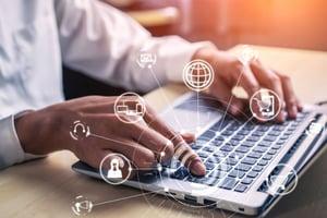 comunicare online intre agenti si clienti